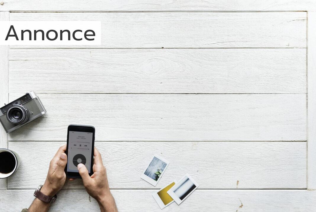 En smartphone på et hvidt bord