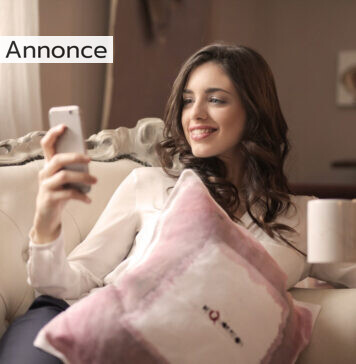 Kvinde med mobil i sofa